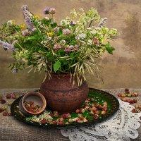 С полевыми цветами и клубникой. :: Горбушина Нина