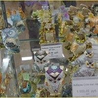 Витрина в магазине сувениры :: Вера