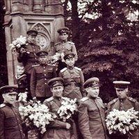 Берлин, май 1945 года. Мой отец - в верхнем ряду слева :: Нина Корешкова