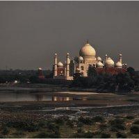 (из архива)Тадж-Маха́л— мавзолей-мечеть, находящийся в Агре, Индия, на берегу реки Джамна. :: Александр Вивчарик