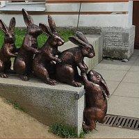 Бронзовая скульптура с зайцами :: Вера