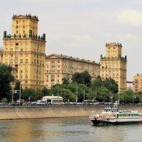 Знаменитый сталинский дом на Бережковской набережной :: Лариса Мироненко