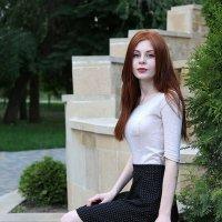 Иринка в парке :: Alexander Varykhanov
