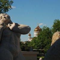 Фигуры на фоне храма :: Евгений Морозов