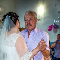 Танец папы с дочкой :: Елена Бологова