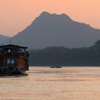 Закат над Меконгом :: Евгений Печенин