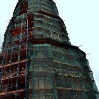 То ли Вавилонской башни строительство, то ли Новодевичьей колокольни ремонт.... :: Владимир Болдырев