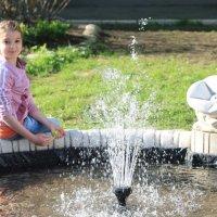 Девочка и фонтан :: Елена Савельева