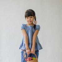 Девочка с корзинкой :: Оксана Холод