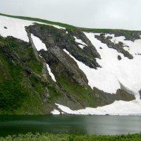 Озеро и ледник.Средина лета. :: Любовь Иванова