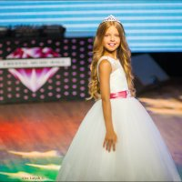 Если девочку до 5 лет убедить, что она принцесса, то после она убедит весь мир в том, что она КОРОЛЕ :: Алексей Латыш
