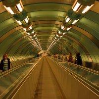в петербургском метро... :: Андрей Вестмит