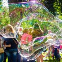 Огромный мыльный пузырь :: Юлия Михайлычева