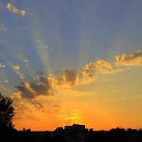 Закат златомирный играет, лучистой воздушностью мир пронизав. :: Валентина ツ ღ✿ღ