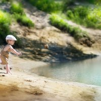 Ребята бросают камушки в речку! :: Елена Юзифович