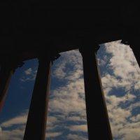 Колонны и небо... :: Павел Зюзин
