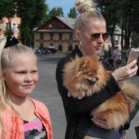 День Северодвинска. Две блондинки, рыжая собачка и золотой айфон :: Владимир Шибинский