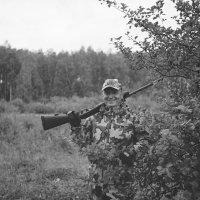 Портрет с ружьишком на фоне боярышника :: Евгений Золотаев