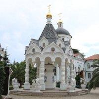 на территории храма Михаила Архангела в Сочи :: valeriy khlopunov