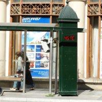 На автобусной остановке :: Gudret Aghayev