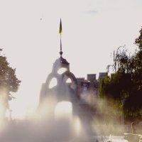 Зеркальная Струя проецируется на фонтан в лучах заходящего солнца. :: Ольга Назаренко