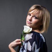 Портрет девушки с розой :: Vladimir 070549