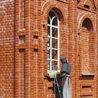 Монахиня красит окно :: Canon PowerShot SX510 HS
