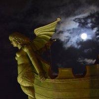 Луна над городом :: Наталья Левина