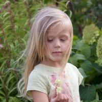 Таня с цветком гортензии :: Елена Ахромеева