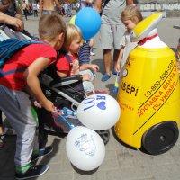Дети играют с роботом :: Ростислав