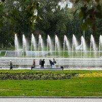 Пятничное гулянье у фонтанов :: Татьяна Грищук
