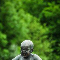 Сердитый малыш. Бронзовая скульптура в парке Вигеландт, Осло :: Алексей Кошелев
