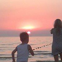 Счастливая семья и закат на Чёрном море :: Владимир Ростовский