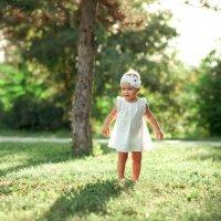 Малышка на прогулке :: Алёна Бердникова