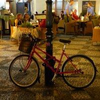 Велосипед. Туристы в кафе. :: Ольга Богачёва