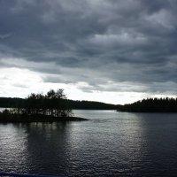 Тучи над озером сгущаются :: Елена Смолова
