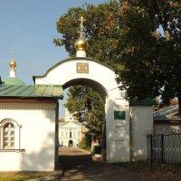Южные ворота.Вид со входа в монастырь :: Александр Качалин