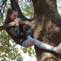 Кто кого...а может дерево ее? :: Екатерина Василькова