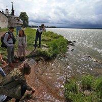 У стен Кирилло-Белозерского монастыря....туристы...не наши :: Владимир Вдовин