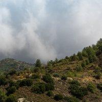 Облака присели в горы :: Vasiliy V. Rechevskiy