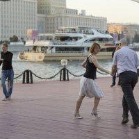 Танцпол на набережной :: Алексей Окунеев