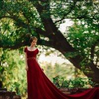 В красном платье :: Татьяна Кутеева