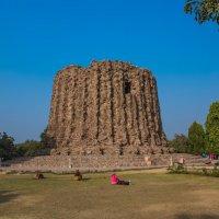 развалины храма где стоит железная колонна.Индия. :: юрий макаров