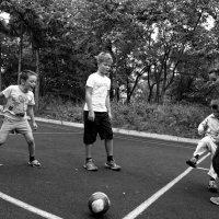 малышня гоняет мяч :: Sofia Rakitskaia
