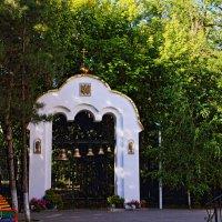 Звонница небольшого храма, октябрь :: Леонид