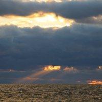 Последние лучи заходящего солнца :: valeriy khlopunov
