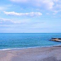 Песчанный берег, легкий бриз, над головой большое небо, а волны пляшут сверху вниз... :: Надежда Кульбацкая