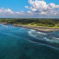 Пляж с вулканическим песком.Бали :: Александр