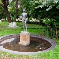 Скульптура мальчика, продающего  воду :: Tata Wolf