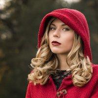 Блондинка в красном :: Виктор Зенин